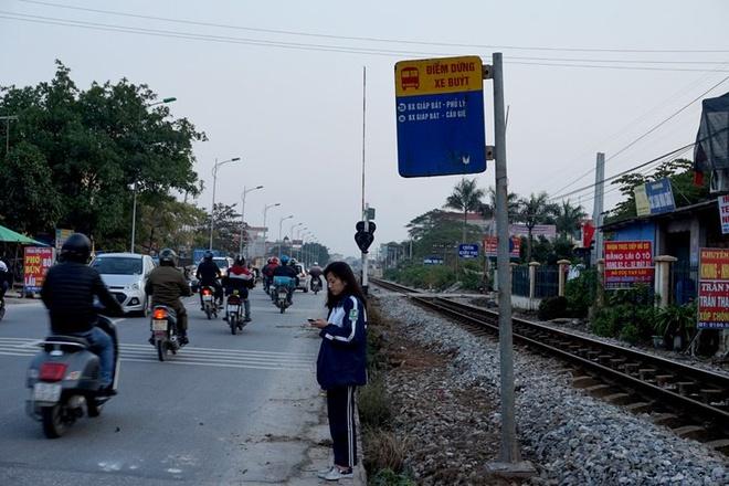 Do tuyến đường quốc lộ 1A nằm song song, sát cạnh với tuyến đường sắt Bắc - Nam nên hầu hết những điểm đón, trả khách xe buýt không còn đất để xây nhà chờ.