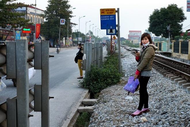 Hành khách chờ xe tại bến buýt thuộc địa phận xã Quất Động, Thường Tín không  đứng dưới lòng đường thì