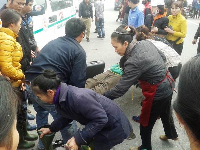 Tron chot CSGT, doi nam nu 9X chan thuong nang hinh anh 2 Nạn nhân được đưa đi cấp cứu tại bệnh viện trong tình trạng nguy kịch.