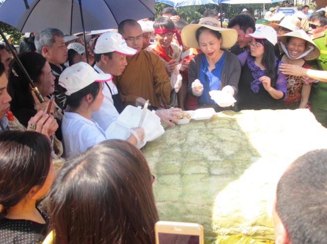 Cap banh chung 700 kg hinh anh 3 Sau khi hoàn thành việc dâng lễ, chiếc bánh được cắt ra cho du khách thập phương về dự lễ thưởng thức.
