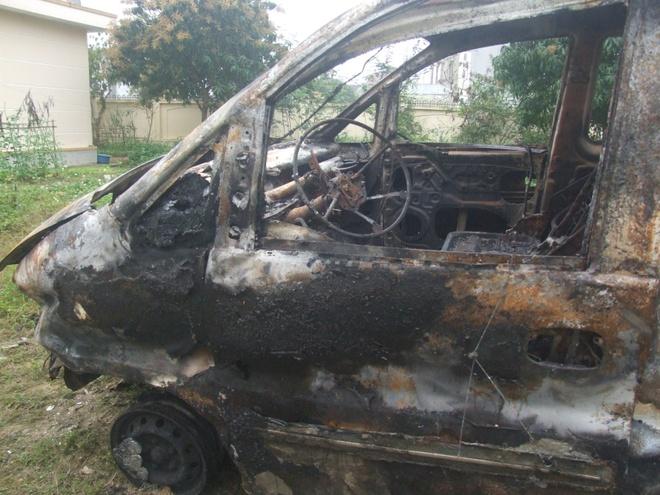 Xe ban tai lat ngua roi boc chay, tai xe tu nan hinh anh 1 Chiếc xe cháy rụi sau khi xảy ra tai nạn.