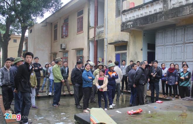 Cach chuc bac si trong vu me con san phu tu vong hinh anh 1 Sau cái chết của mẹ con sản phụ Vân, rất đông người nhà đã bao vây bệnh viện.