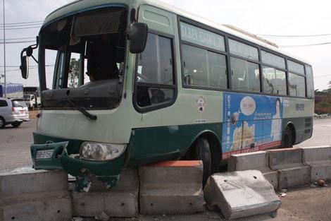 Chiếc xe buýt được cho chạy ẩu gây tai nạn.