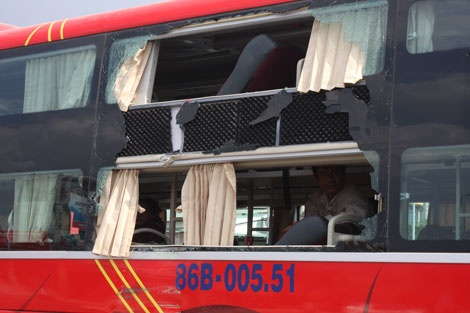 Phần hông xe khách bị vỡ.
