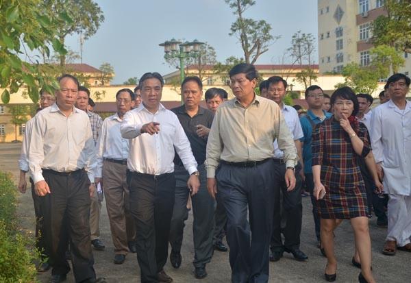 Loi ke nan nhan xe khach dam nhau tham khoc hinh anh 2 Lãnh đạo UBND TP Hà Nội vào thăm các nạn nhân vụ tai nạn.