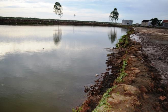 Say chan xuong ho tom, 2 hoc sinh chet duoi hinh anh 1 Hồ tôm nơi hai anh em Mạnh và Oanh bị đuối nước. Ảnh: HC.