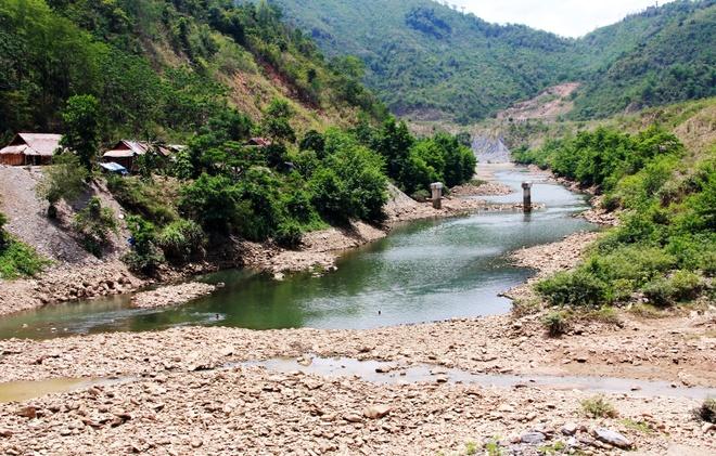 Chao lua mien Trung trong cai nong 40 do C hinh anh 8 Nhiều ao hồ sông suối ở Nghệ An cũng bị cạn dần do năng nóng kéo dài. Trong ảnh là sông Nậm Nơn vào màu nắng nóng đã khô đến tận đáy.