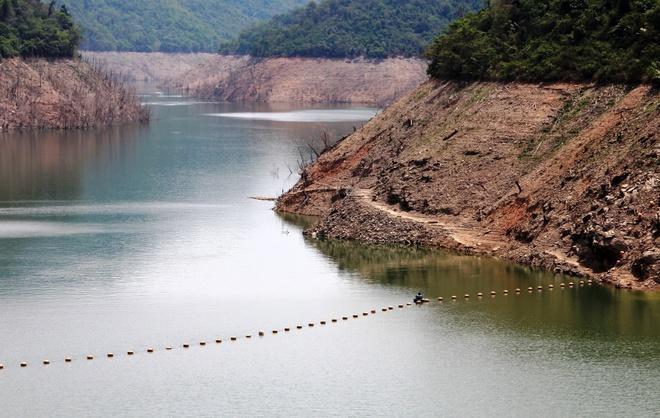 Chao lua mien Trung trong cai nong 40 do C hinh anh 12 Hồ thủy điện bản Vẽ (xã Yên Na, huyện Tương Dương) mức nước xuống thấp hơn 20 m.