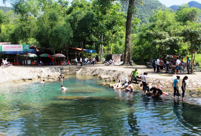 Chao lua mien Trung trong cai nong 40 do C hinh anh 14 Người dân đến khe nước Mọc, ở xã yên Khê, huyện Con Cuông để tắm mát. tránh nắng.