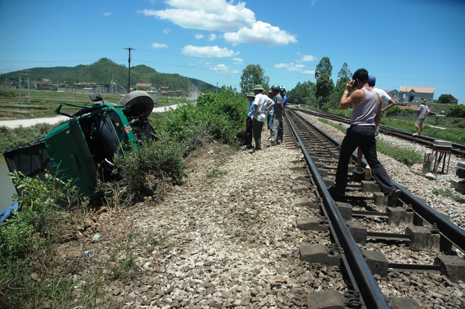 Tau hoa tong, keo le xe tai 50 m hinh anh 1 e tải bị kéo lê khoảng 50 m rồi lật nghiêng bên cạnh đường sắt. Ảnh: TY.