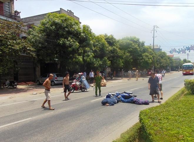 Chan xe chay toc do cao, CSGT bi tong guc giua duong hinh anh 1 Hiện trường vụ tai nạn làm 3 người bị thương nằm bất tỉnh giữa đường. Ảnh: H.L.