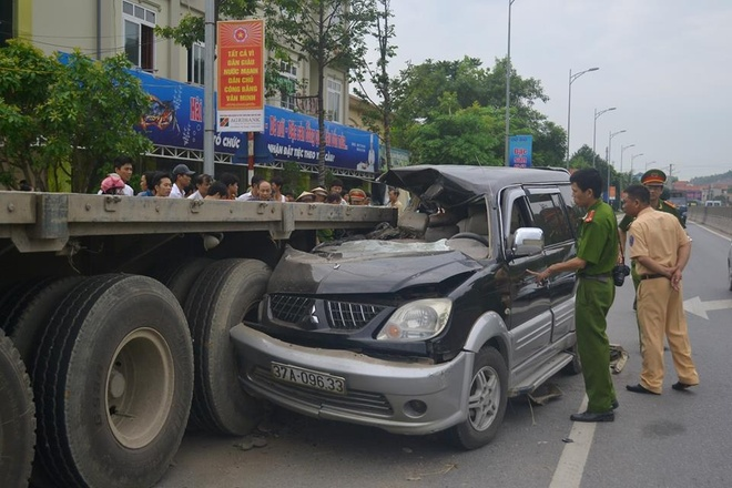 Oto dinh chat vao duoi container, 3 nguoi chet tai cho hinh anh