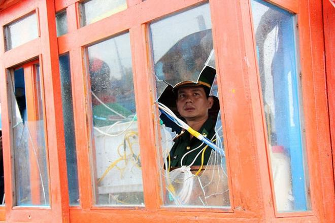 Bi cuop van dung cam cuu ban tau tren bien hinh anh 2 Cửa kính cabin tàu bị đập vỡ.