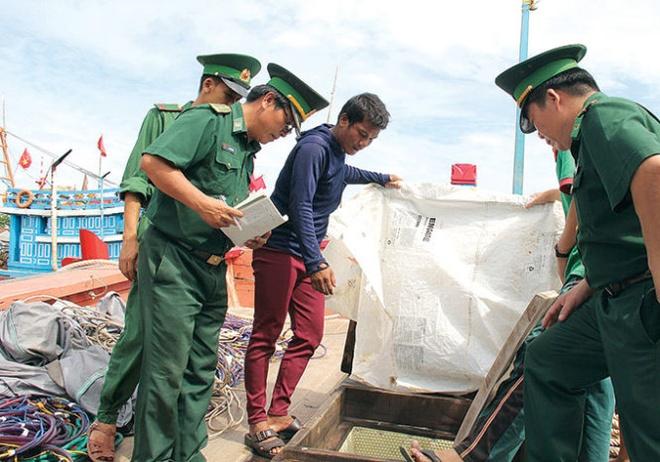 Bi cuop van dung cam cuu ban tau tren bien hinh anh 1 Ngư dân báo cáo với lực lượng biên phòng việc bị tàu Trung Quốc cướp phá.