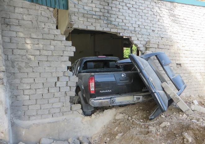 Oto lao vao nha dan trong dem, hai nguoi bi thuong hinh anh 2 Ôtô bán tải nằm lọt thỏm trong nhà dân, một đoạn tường bị đổ sập. Ảnh: Hương Nhàn.