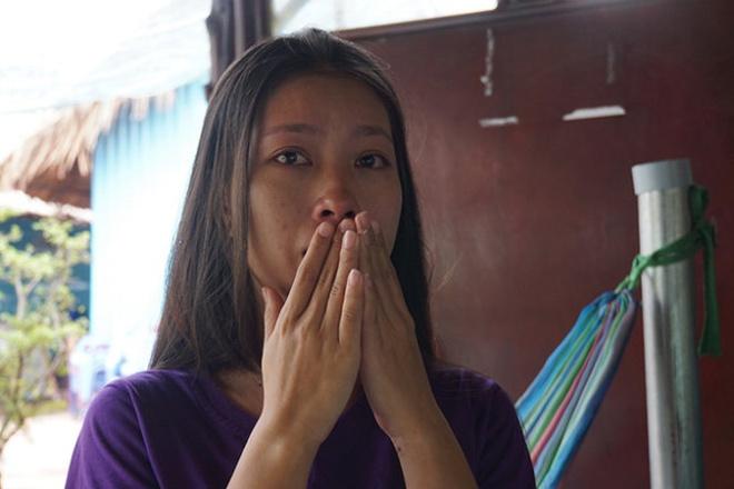 Dinh chi cong tac 3 CSGT bi quay clip tung len mang hinh anh 1 Chị Hoàng Anh rơi nước mắt khi kể lại sự việc.