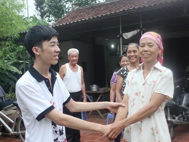 Hang xom chuc mung nam sinh 29 diem vao Hoc vien Canh sat hinh anh
