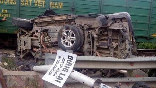 Lexus bi tau hoa keo re hang chuc met, 4 nguoi trong thuong hinh anh 1 Hiện trường vụ tai nạn tàu hoả tông ôtô.