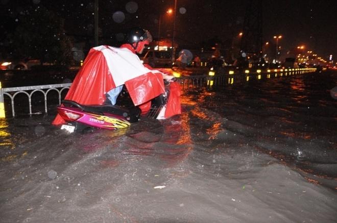 Dung bom di dong 'khung' chong ngap cho TP HCM? hinh anh 1 TP HCM cứ sau mỗi cơn mưa lớn, nhiều tuyến đường biến thành sông.