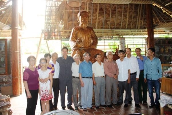 Buc tuong Nguyen Du bang go huong lon nhat Viet Nam hinh anh 10