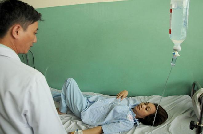 Nghet tho giay phut giai cuu ba nu cong nhan mac ket hinh anh 4 Bà Lê Thị Cúc, công nhân bị thương trong vụ tai nạn.