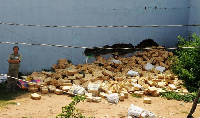 Nghet tho giay phut giai cuu ba nu cong nhan mac ket hinh anh 2 Người dân đập bể bức tường bên hông căn nhà để tìm cách giải cứu ba nữ công nhân.