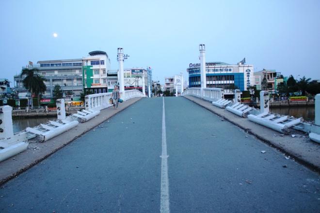 Chua dap bo cau tram tuoi o Long An hinh anh 1 Trước đó từ ngày 25/10, người dân TP Tân An bất ngờ khi thấy đơn vị thi công tiến hành rào chắn hai đầu Cầu Đúc và có xe cẩu tiến vào bắt đầu đập bỏ.