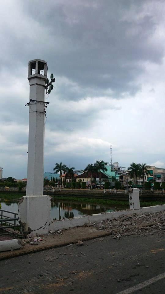 Chua dap bo cau tram tuoi o Long An hinh anh 7 Hiện tại, một phần mặt đường trên cầu, lan can cầu, … đã bị đập bỏ.