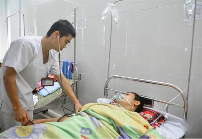 Khoi to ke dung dao dam chet vo cu roi tu sat hinh anh 1 Huỳnh Trung Tú khi đang nằm điều trị tại bệnh viện. Ảnh: H.Yến.