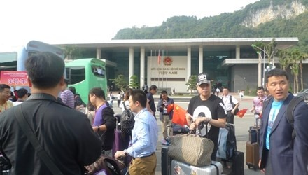 No lon lam rung chuyen cua khau Huu Nghi hinh anh 1 Tòa nhà liên hợp Hữu Nghị mới xây dựng xong, hàng ngày có gần 1.000 lượt khách làm thủ tục xuất, nhập cảnh.
