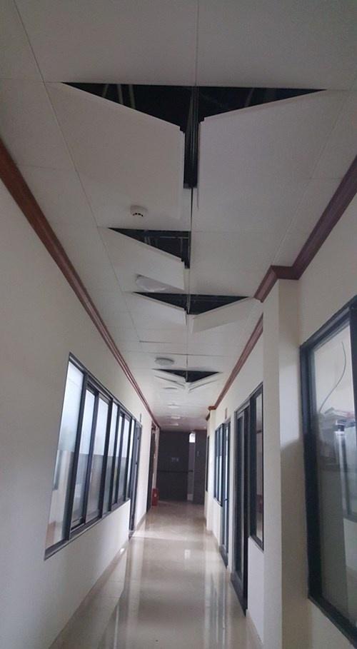 No lon lam rung chuyen cua khau Huu Nghi hinh anh 2 Trần nhà tầng 3 cửa khẩu Hữu Nghị bị rơi rụng.