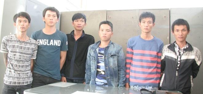 Mau thuan o vu truong, 13 thanh nien hen hon chien hinh anh 1 Các đối tượng trong vụ hỗ chiến lúc nửa đêm đang bị tại giữ để điều tra tại Công an TP Nha Trang.