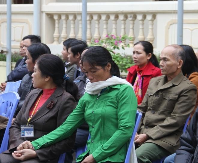 Truy tang Huan chuong dung cam cho nam sinh cuu nguoi hinh anh 2 Bà Nguyễn Thị Kim, mẹ của Anh Tuấn được người thân dìu đến tham dự buổi lễ truy tặng. Ảnh: Ngọc Khánh.
