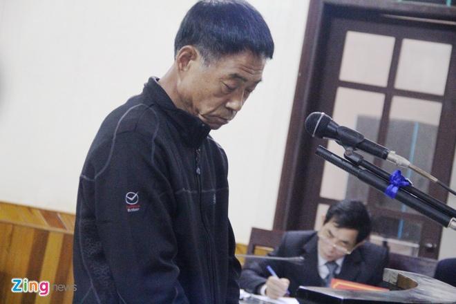 Bị cáo Lee Jae Myeng trả lời thẩm vấn tại phiên xét xử sáng 17/12. Ảnh: Phạm Hòa.