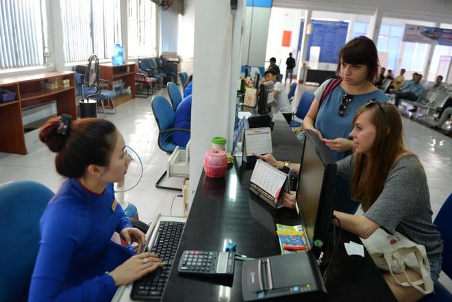 Ve tau Tet: khi mua hien dai, luc tra thu cong hinh anh 1 Du khách nước ngoài đăng ký mua vé tàu tết tại ga Sài Gòn chiều 19/12.