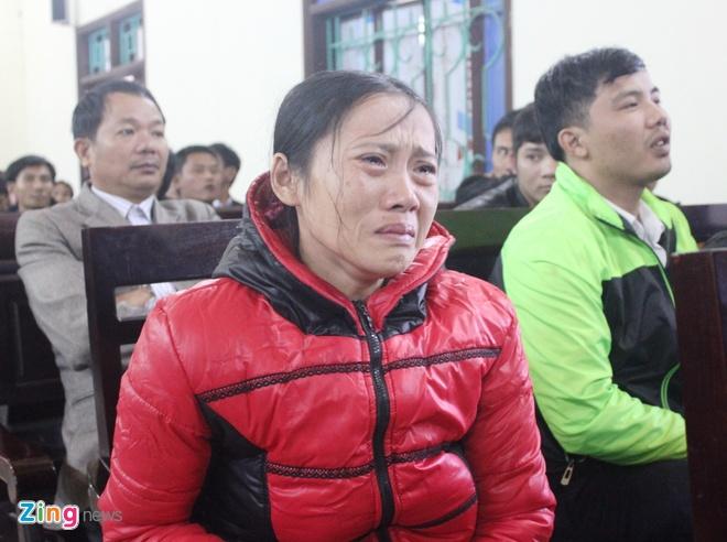 Nan nhan vu tai nan lam 13 nguoi chet: 'Tai sao an nang vay' hinh anh 2 Chị Nguyễn Thị Minh và nhiều gia đình các nạn nhân khác đều xin HĐXX giảm nhẹ hình phạt cho các bị cáo. Ảnh: Phạm Hòa.