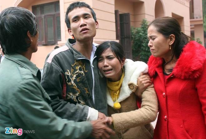 Nan nhan vu tai nan lam 13 nguoi chet: 'Tai sao an nang vay' hinh anh 3 chị Nguyễn Thị Phương Trang (vợ bị cáo Đức) khóc ngất khi thấy chồng bị dẫn giải lên xe thùng về trại giam. Ảnh: Phạm Hòa.