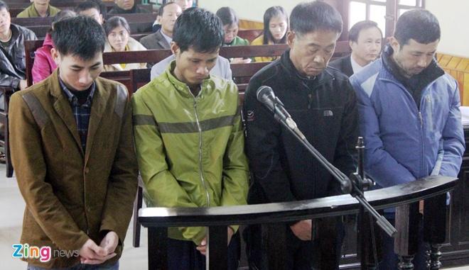 Nan nhan vu tai nan lam 13 nguoi chet: 'Tai sao an nang vay' hinh anh 1 Các bị cáo tại phiên tòa xét xử. Ảnh: Phạm Hòa.