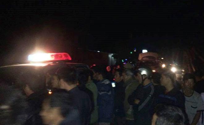 CSGT Nghe An bi dan bao vay sau vu tai nan hinh anh 2 Người dân bao vây CSGT sau vụ tai nạn làm ách tắc giao thông nhiều giờ. Ảnh: Phan Ngọc.