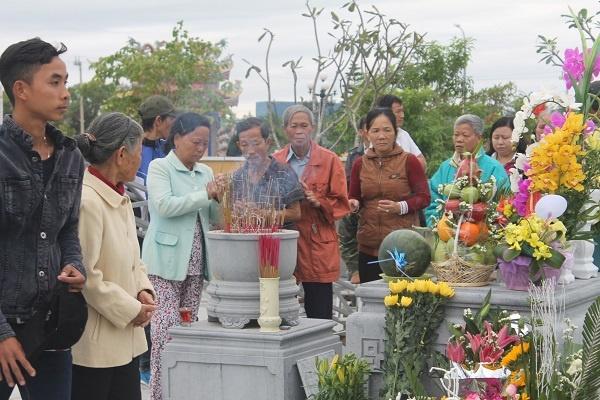 Hang nghin nguoi dan den vieng mo ong Nguyen Ba Thanh hinh anh 3