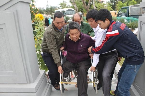 Hang nghin nguoi dan den vieng mo ong Nguyen Ba Thanh hinh anh 4