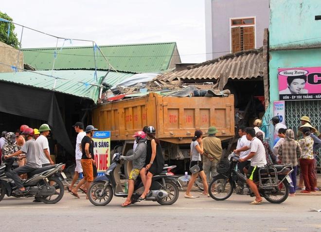 Xe tải lao vào nhà dân, ba người nhập viện cấp cứu