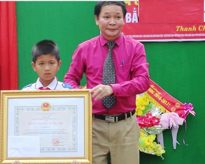 Trao Huan chuong dung cam cho nam sinh lop 5 cuu hai em duoi nuoc hinh anh 1