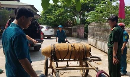 Bat giu nguoi dan ong cho bom chua 185 kg thuoc no hinh anh 1