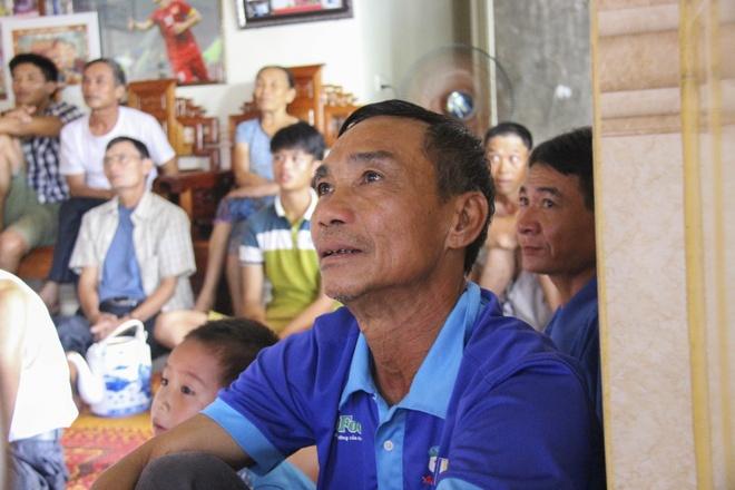 Cha me Cong Phuong mua tivi 65 inch de hang xom den xem SEA Games hinh anh