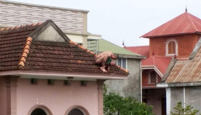 Bé trai 1 tuổi bị cha ném từ nóc nhà xuống