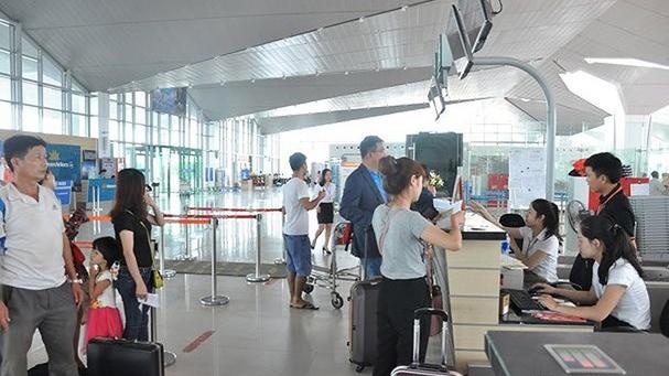 Hành khách làm thủ tục tại sân bay Vinh. Ảnh: N.A.
