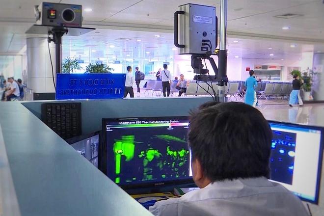 Nhân viên sân bay theo dõi thân nhiệt hành khách. Ảnh minh họa: Trương Khởi.