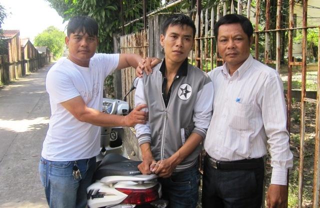 'Hiep si' bat ten trom xe may ban sang Campuchia hinh anh 1 Nghi can (đứng giữa) bị