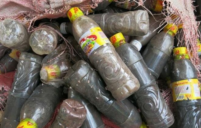 Nhiều chai mắn tôm không đảm bảo vệ sinh vứt quăng nhiều chỗ.